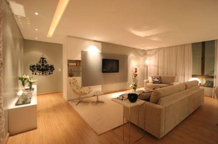 Exemplo mostra a posição do tapete em função dos demais móveis. Projeto   Santos Santos. Veja mais fotos  Salas de TV Santos Santos c27abcb845