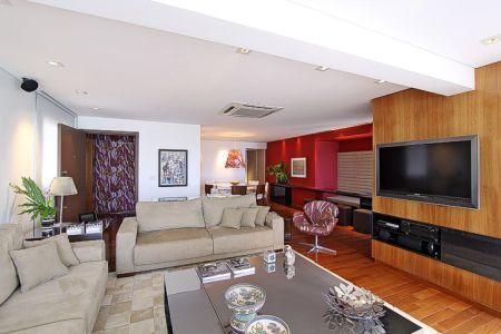 Exemplo de tapete de patchwork em couro. Projeto  Santos Santos. Veja mais  fotos  Salas de TV Santos Santos 04d5f647e3