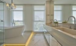 Banheiro luxuoso confere destaque à banheira