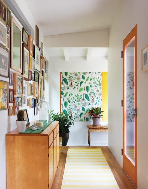 571ac5778 Exemplo de quadros na parede da escada. Fonte  Do It Yourself